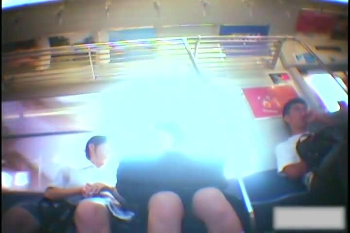 列車内でミニスカなセイフク10代小娘を狙い、逆さ撮りでパンツ丸見え秘密撮影☆純白パンティが素晴らしいww