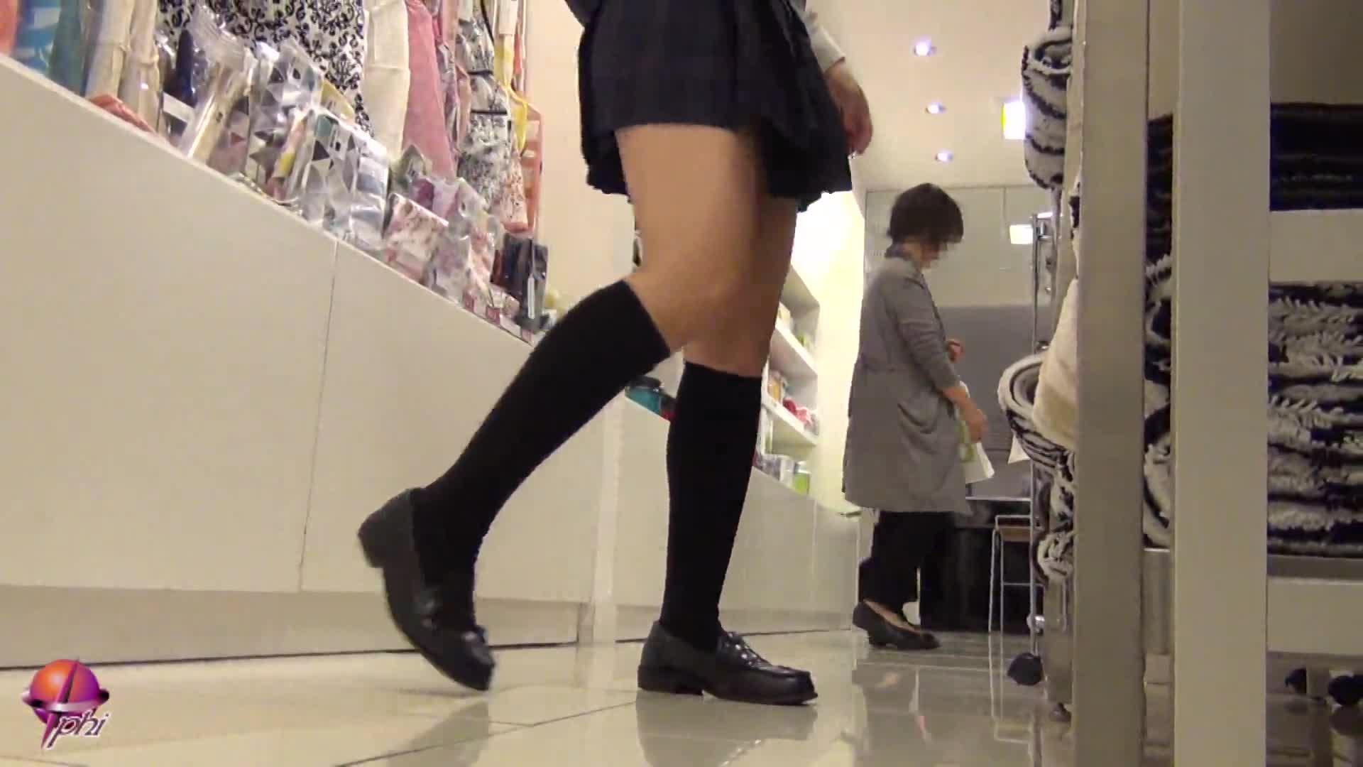 店内でピチピチ制服JKのパンツ盗撮!